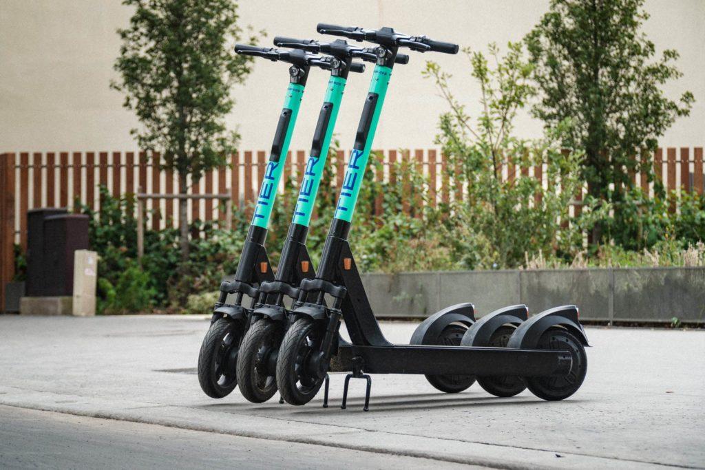 TIER: E-Scooter werden mit faltbaren Helmen ausgestattet